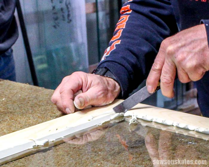 Window glazing makes an airtight, watertight seal between glass and window sashes. Glaze your own windows using glazing putty, a putty knife and glazier points.