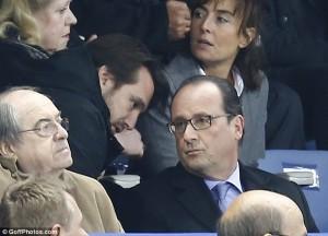 Ilaalada Madaxweyne Hollande Oo Ku Wargelinaya Weerarada Hadheeyay Paris