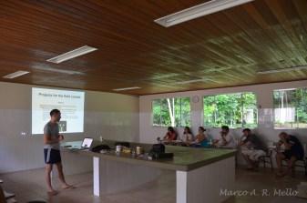 Dr. Simon dando aula teórica