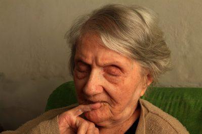 Старушка болеет болезнью Альцгеймера