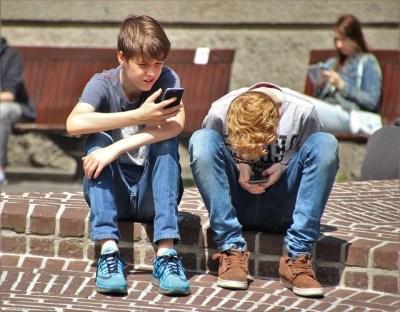 Дети играют в интернете