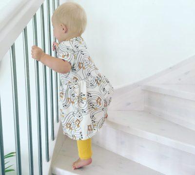 Малыш на лестнице