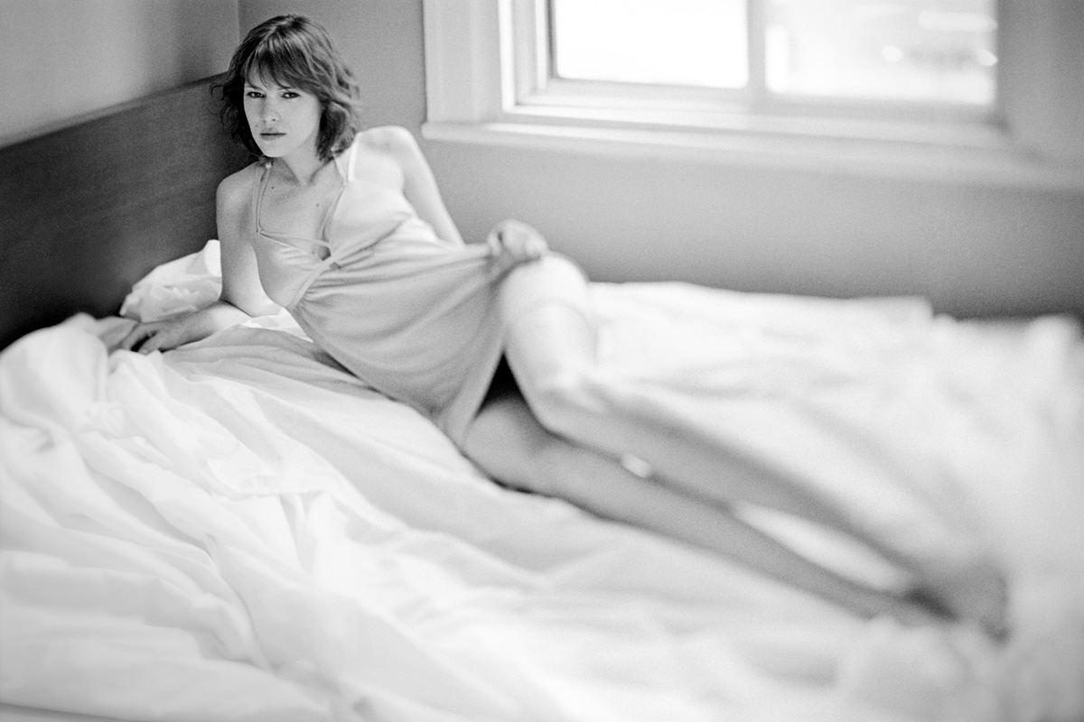 Photographie de portrait en noir et blanc en nuisette par Stéphane Bourriaux Photographe Montréal