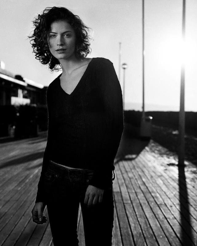 Photographie en noir et blanc de mannequin sur les planches de Deauville