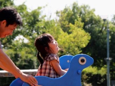 パパと遊具で遊ぶ子ども