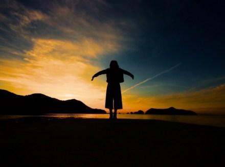 空に向かって手を広げる