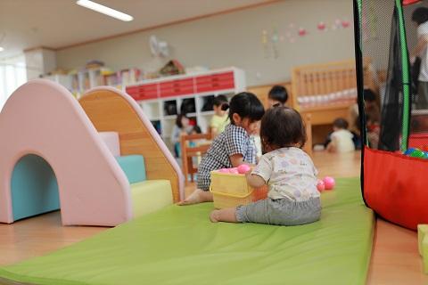 保育室で遊ぶ子ども