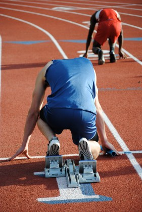 Tom Peckham crouches in the blocks before the 4x400 relay