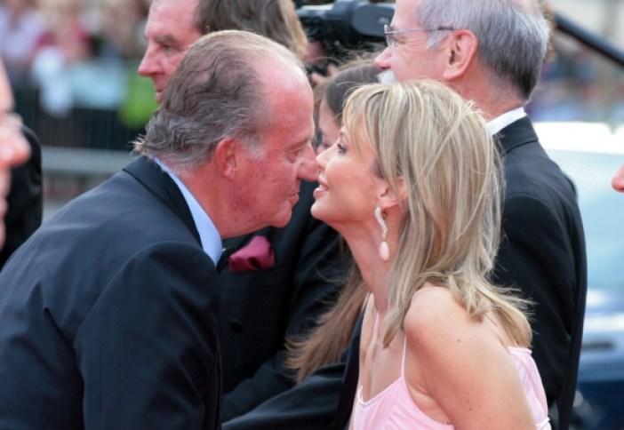 El rey Juan Carlos saluda a la alemana Corina zu Sayn-Wittgenstein.