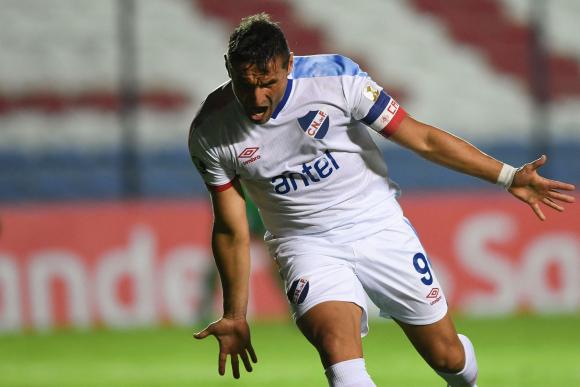 Bergessio festeja uno de sus goles contra Atlético Nacional. Foto: AFP.