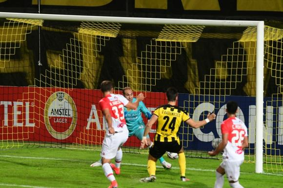 Gary Kagelmacher anota el primer gol tras tiro libre de Jesús Trindade. Foto: Estefanía Leal.