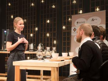 Avoimella kierroksella Mikaela valmisti tuomareille Coffee Collectiven Kenialaista Kieni kahvia. Kuva Janne Merinen