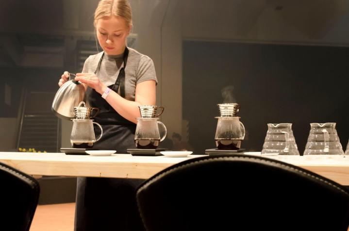 Mikaela valmistamassa kahveja suljetulla kierroksella. kuva Janne Merinen