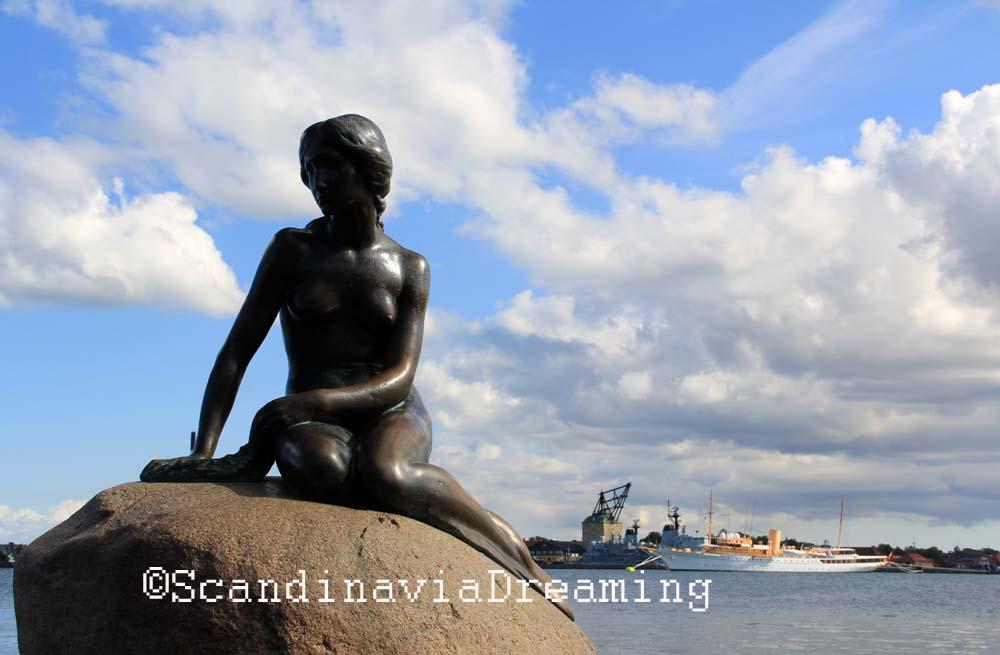 La Petite Sirène, fidèle au poste, alanguie sur son rocher depuis plus de 100 ans.