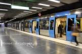 Métro de Stockholm, arrêt Université. À noter la boussole au sol : ingénieux !