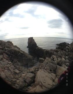 Au bord de la mer, dans les rochers