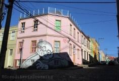 Grand mère sur sa maison rose