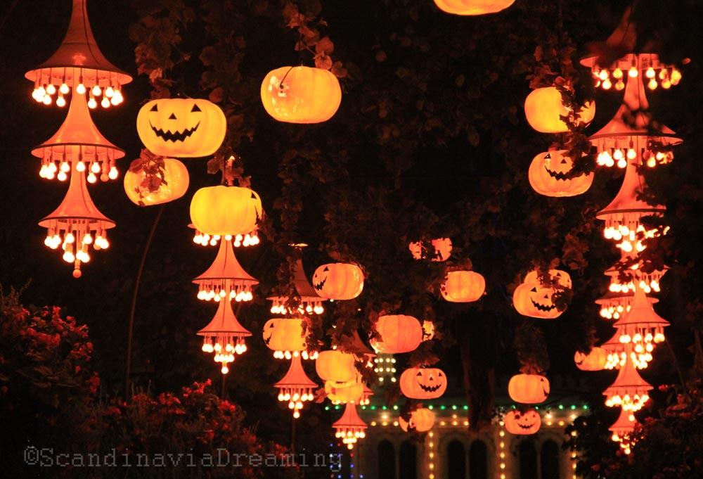 Allée d'entrée du parc de Tivoli à Copenhague pendant Halloween