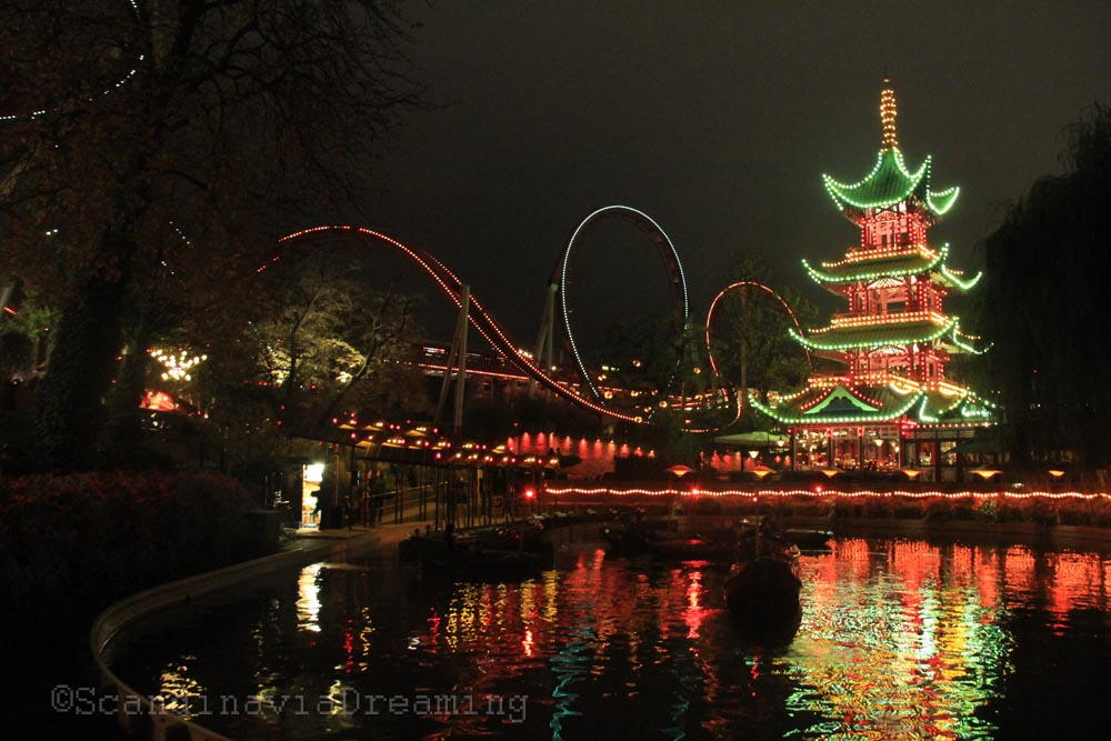 Lac du parc de Tivoli et sa pagode illuminée