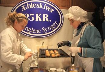 Confection artisanale des aebleskiver au marché de Noël
