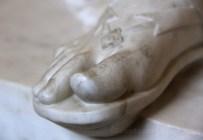 Sandale sculptée dans le marbre