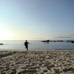 Jean courant sur la plage