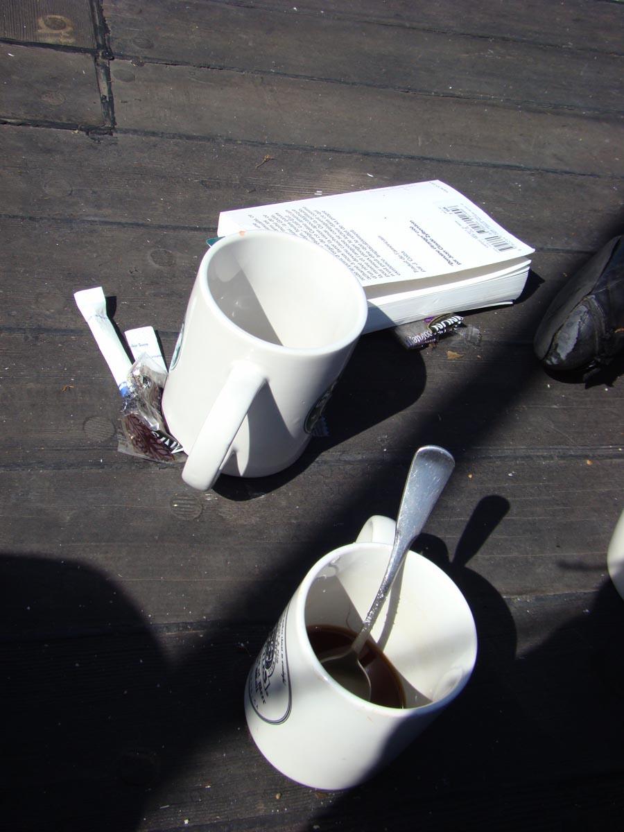café du matin au soleil sur le pont