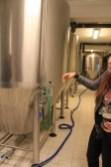 Mariana nous faisant la visite de la brasserie