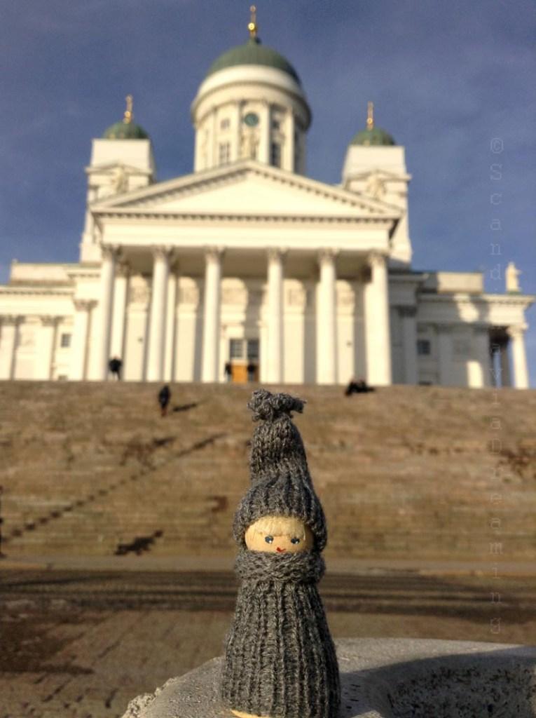 Scandi posatndevant la cathédrale d'Helsinki