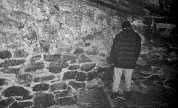 Michael C. Williams standing in the corner in The Blair Witch Project (1999)