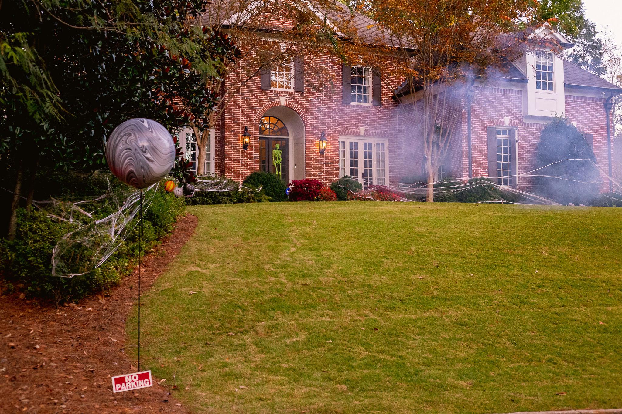 creepy Halloween party front yard decor with smoke machine