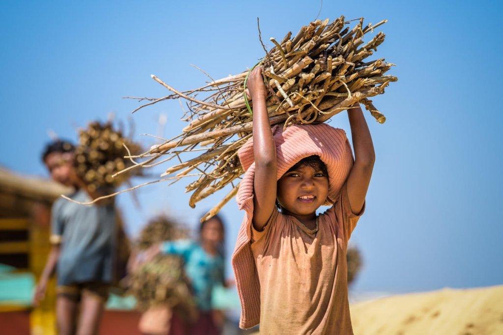 Un enfant réfugié transporte du bois dans le camp de Cox's Bazar au Bangladesh. Crédit : Vision du Monde