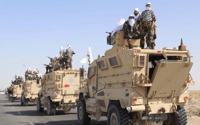 塔利班在坎大哈勝利遊行中炫耀繳獲的美式武器裝備