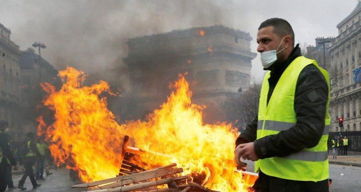 Gilets Jaunes: la rivolta popolare contro l'Europa  scuote la Francia. Macron vive in una sua bolla