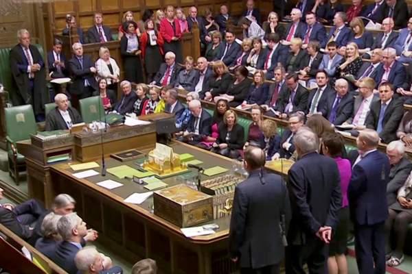 BREXIT: il Parlamento prende la guida del processo e si schianta subito. La May offre la propria testa su di un piatto d'argento