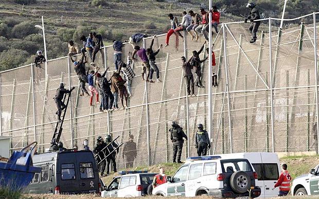 """Il boom dei crimini dei migranti in Spagna per la """"Codardia"""" dei politici. quartieri senza polizia."""