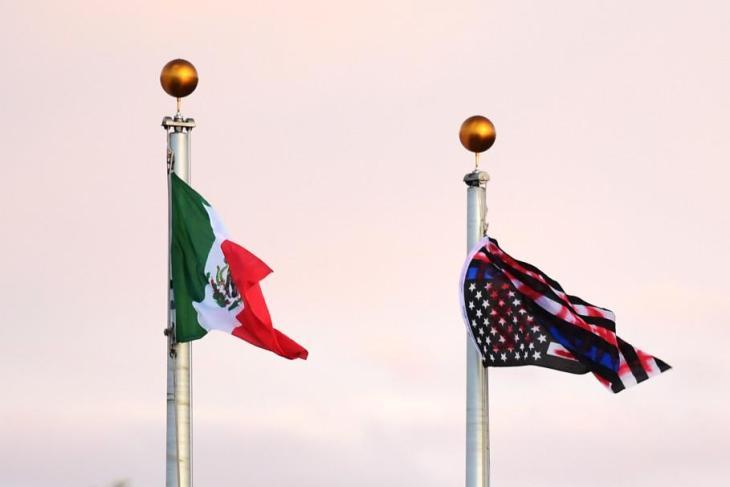 NEGLI USA LE CITTA' BOICOTTANO LE POLITICHE MIGRATORIE DI TRUMP, MENTRE NEI CENTRI DI ACCOGLIENZA ALZANO BANDIERA MESSICANA