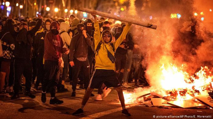 ABBIAMO RIVOLTE IN MEZZO MONDO. Non ci saranno dei problemi di democrazia?