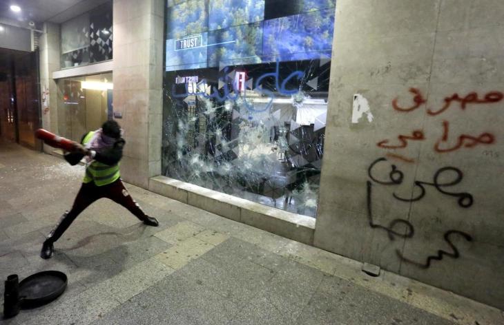 ECCO COSA SUCCEDE QUANDO LIMITANO I PRELIEVI: in Libano prese d'assalto le Banche