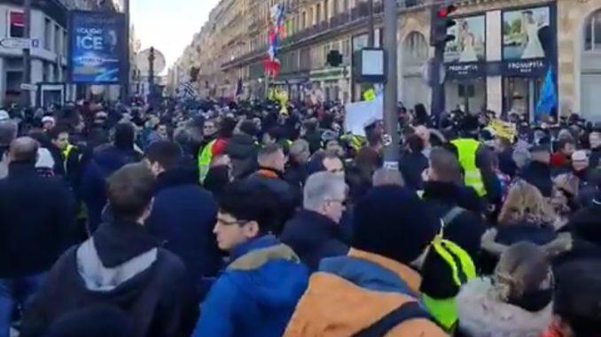 VIOLENZE ILLEGITTIME DI UN POTERE SEMPRE MENO LEGITTIMO: gli ultimi giorni di Macronescu in Francia in un'orgia di violenza