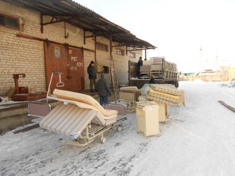 Betten für die Krankenstation werden in der Ukraine verladen