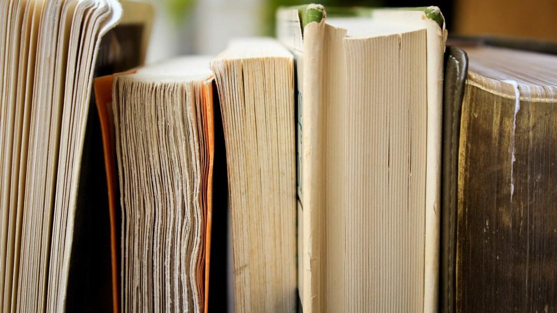 Bücher als Symbol für die Speicher von Geschichten, Wissen und Erinnerungen.