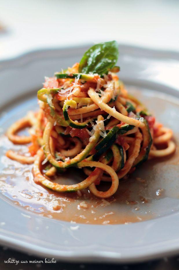 Zucchini-Spaghetti mit Tomatensauce