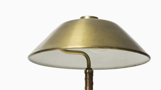 Table lamp in brass and leather by Einar Bäckström at Studio Schalling