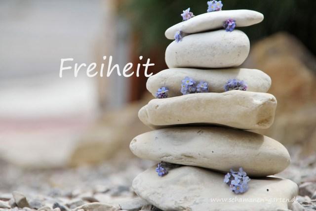 Gedanken zu FReiheit, Steinturm mit Vergissmeinnicht