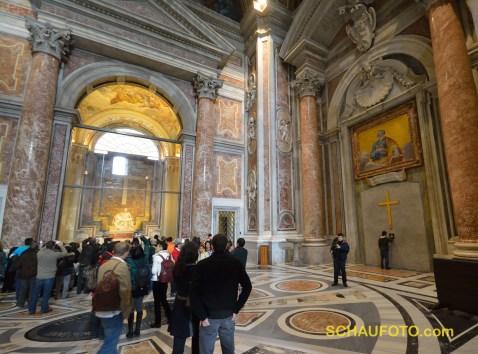 Wenn man hereinkommt gleich rechts um die Ecke: Heilige Pforte (zugemauert) und Michelangelos Pietà.