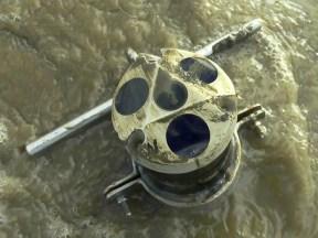 De Acoustic Doppler Current Profiler zendt een constante frequentie uit die gereflecteerd wordt door de bewegende waterdeeltjes. De verschuiving (het Dopplereffect) relateert met de snelheid van de verschillende delen van de waterkolom.