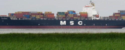 Containers vastzetten op een schip, dat betekent soms wel 48 uur sjorren