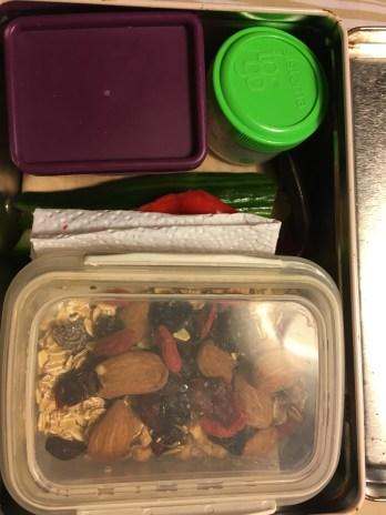 Bøtterne er i madkassen, nederst en klapsammen rugbrød med økologisk leverposteg, masser af gnavegrønt. Heri: agurk, rød peber, selleri