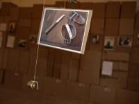 Mobilé der Geschichten von geschenkten Gegenständen. Zum Rauf- und Runterbewegen mit Gewichten aus Münzen.